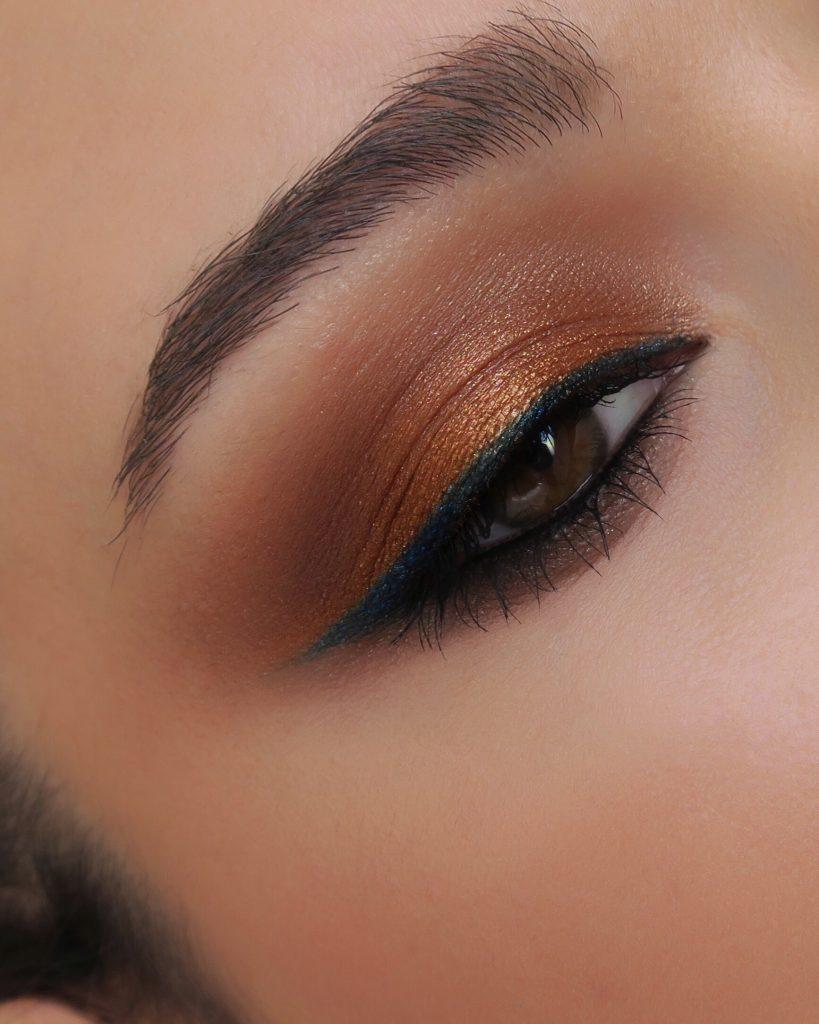 ojo dorado con eyeliner azul alta definición
